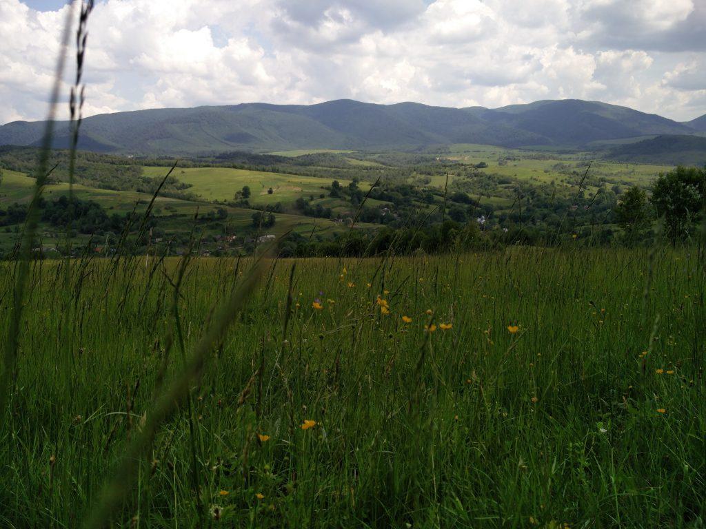 Sztuzsica völgye. A tóloldalon a lengyel határt jelülő hegygerinc.